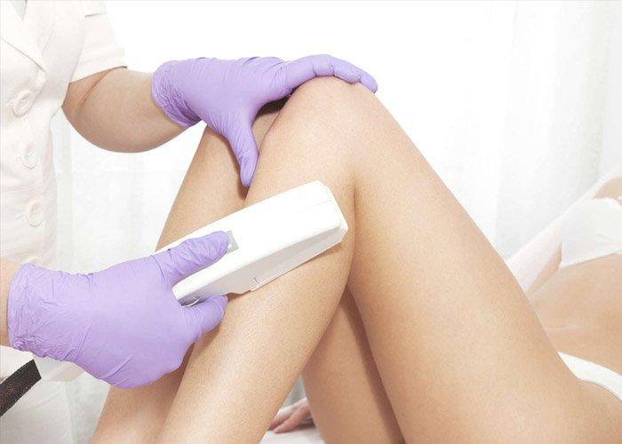 Higiene pessoal com a cliente e a depiladora