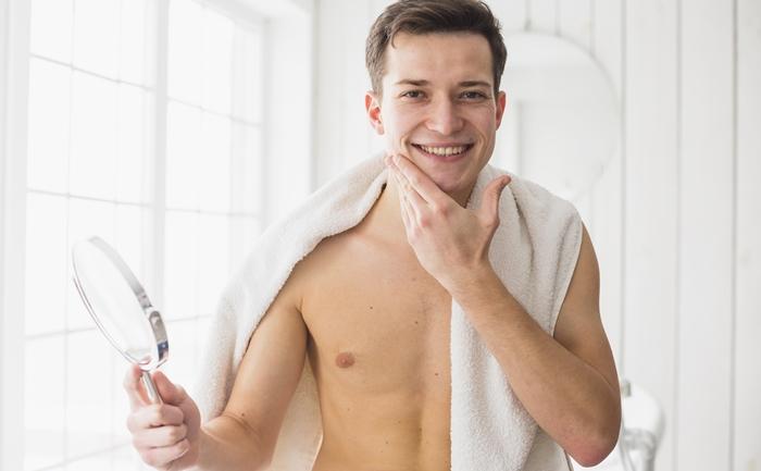 Raspar os pelos do rosto engrossa